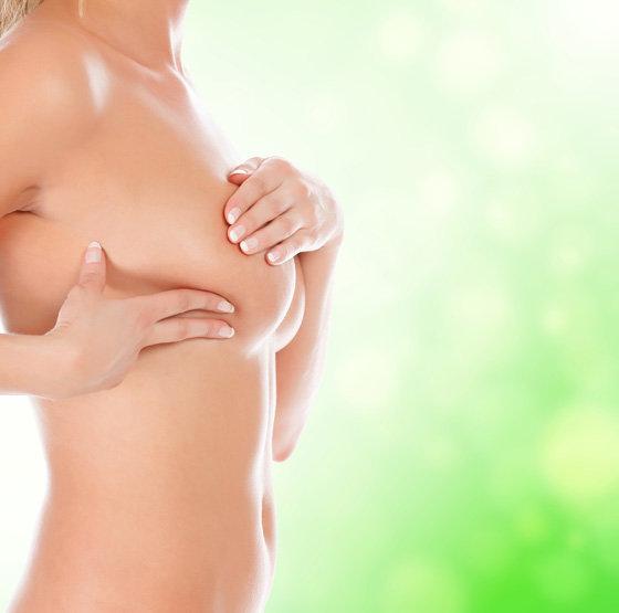 Молодая моет свою грудь фото 383-65
