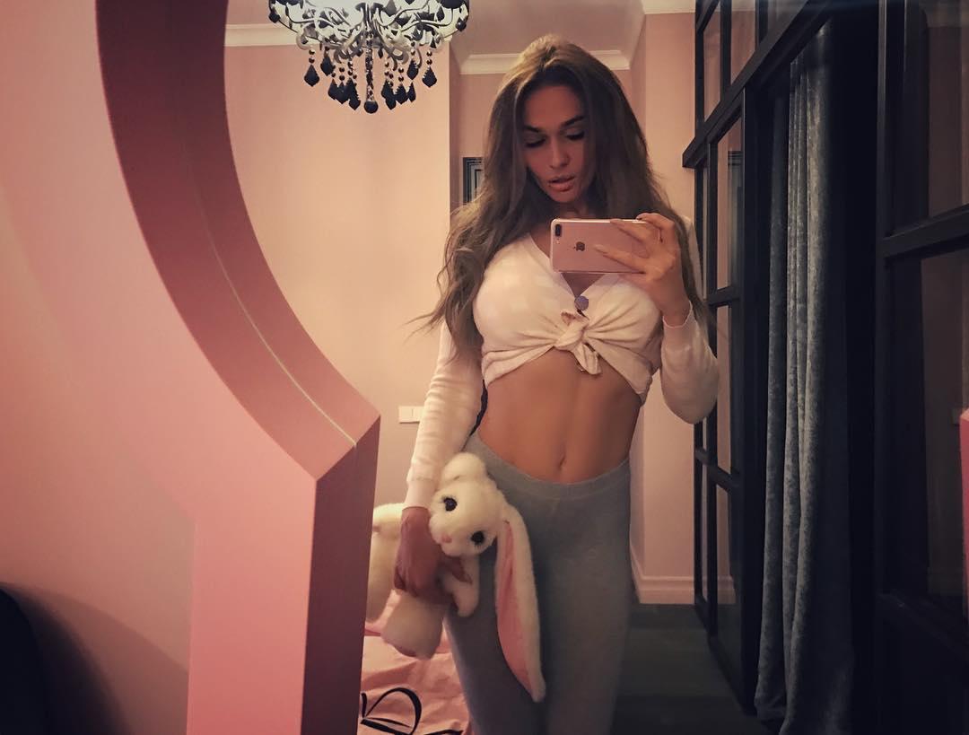 Алена Водонаева выложила в Instagram снимок с задранной юбкой