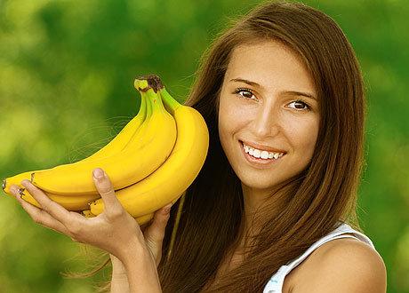 Девушка с бананом на рабочем месте