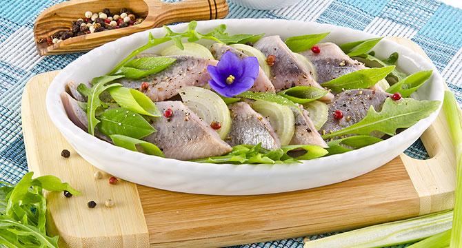 Салат из копченой курицы с зеленью и овощами