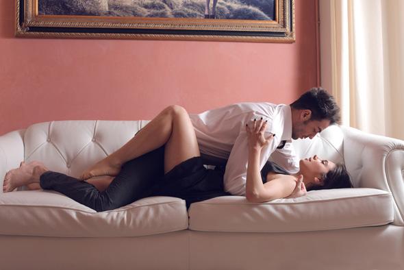 Нежный секс красивых девушек на диване  227859