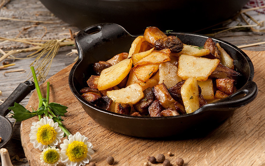 Картошка жареная с белыми грибами и луком