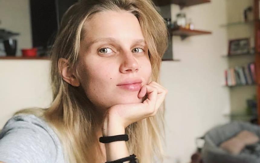 Секси Юлия Майборода Позирует Для Картины – Девушка В Приличную Семью (2012)