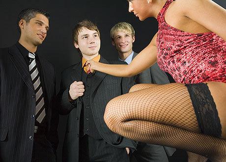 Мужчины и девушки секс и целуются на волге