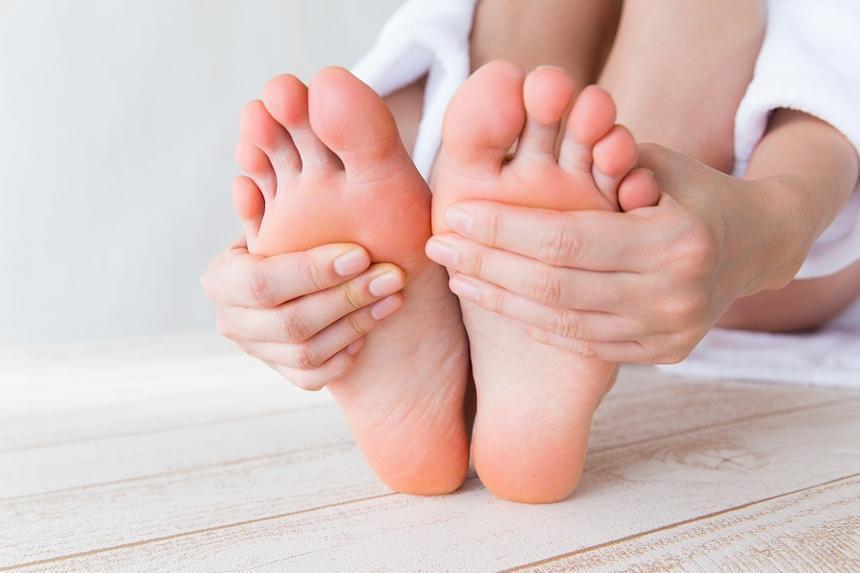 У кого из звезд «косточка» на ноге и можно ли от нее избавиться без операции